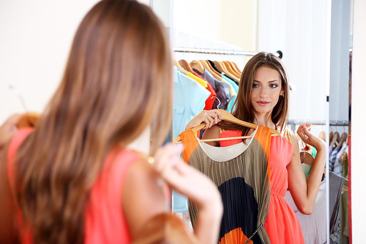 Девушка одевает платье фото