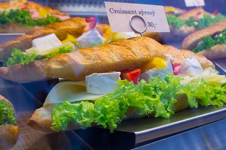 Pro větší jedlíky jsou pak určené plněné croissanty, bagety, nebo zapékané panini.