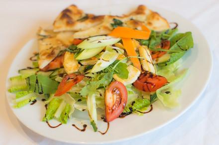 Zdravý salát s bodlákovým olejem, ledovým salátem, cherry rajčátky, okurkou, TOFU sýrem a domácím pizza chlebem.