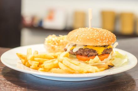 Country burger - grilované hovězí maso proložené plátky rajčat, žampionů a sázeným vejcem a extra velkou porcí hranolek a salátem coleslaw