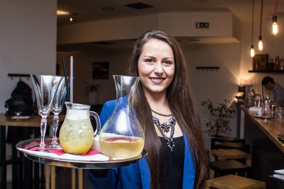 V Baru Jak se sluší a patří si zakládají na kvalitním servisu. Každý nápoj má svou originální skleničku. I tato zdánlivá drobnost je však pro image podniku zásadní.