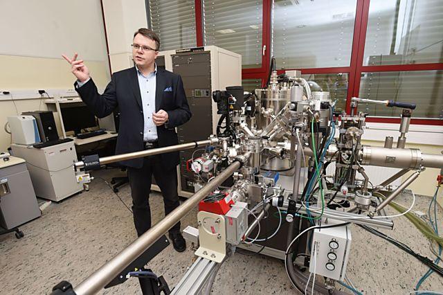 Fyzikální chemik Michal Otyepka u přístroje na analýzu materiálů.