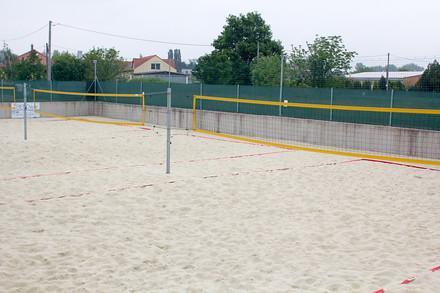 V plážovém volejbale se pořádají turnaje