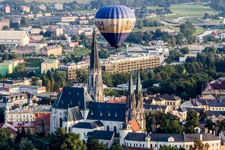 Vítr vál směrem na Šternberk. Balony proto historické centrum téměř minuly.