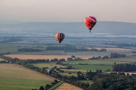 Balony unáší podvečerní vítr ke Šternberku.