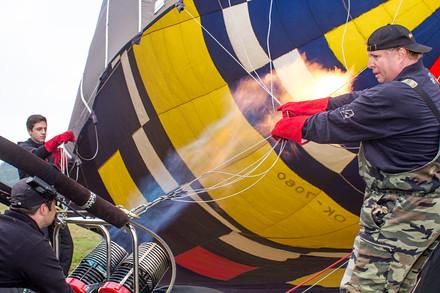 Tahle fotka je z prvního pátečního startu. Plníme balony na Bouzově.
