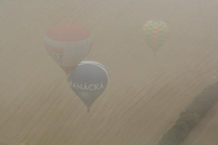 Je trochu mlha, ale to dává celému hromadnému letu zvláštní kouzlo.
