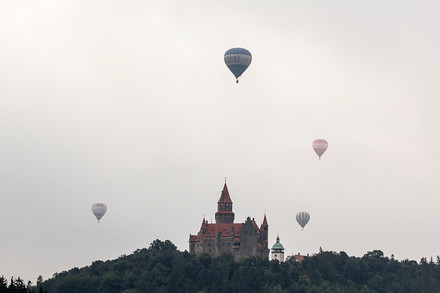 Balony nad Bouzovem. Z věže mává princezna Arabela, na snímku ale bohužel není vidět.