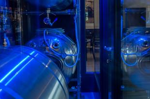 Pivní tanky jsou dominantou baru i celé restaurace. Zdobí je barevné nasvícení.