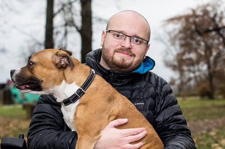 Stafordširská bulteriérka Rox je jednou ze tří psů, kteří s Tomášem, jeho ženou a dcerou sdílí domácnost.