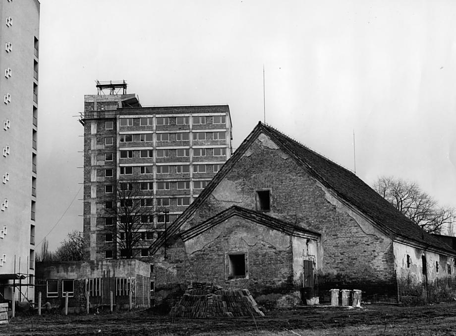 Envelopa sloužila jako vojenské cvičiště. Na snímku z výstavby kolejí ještě stojí bývalá prachárna. Později byla zbourána.