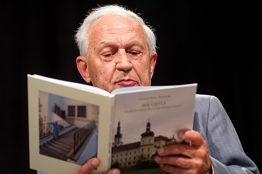 Kniha Má cesta k architektuře a architekturou je vlastním životopisem Antonína Škamrady. Vyšla k autorovým osmaosmdesátým narozeninám, autor v ní mimo jiné poodhaluje zákulisí práce městského architekta i své vzpomínky na mnohé náročné projekty. Čtenář se z ní dozví i zajímavosti z novodobých dějin města, o nichž doposud neměl tušení.