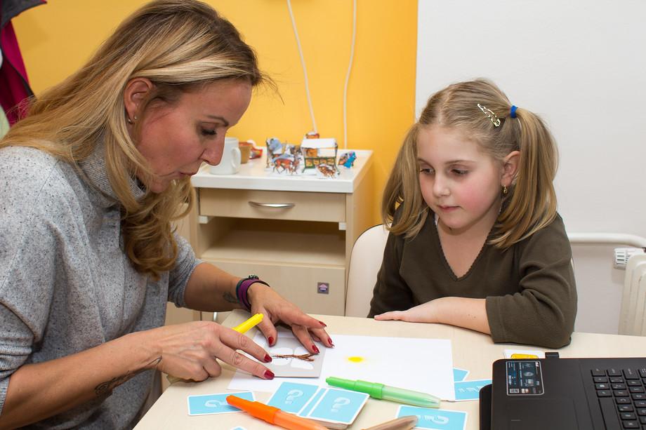Vendula Pizingerová přivezla dětem i dárky. Některým malým pacientům je pomohla i vyzkoušet.