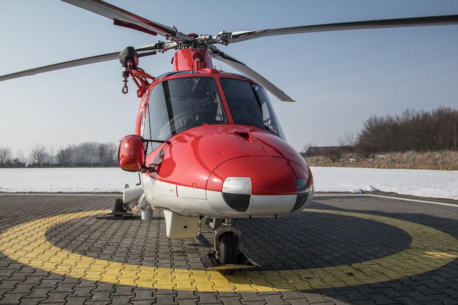 Krátce po zahájení činnosti nového provozovatele však došlo k závadě, kvůli které musel tehdy jediný vrtulník nouzově přistát i s pacientem na palubě. Podle pilotů se jednalo o banální případ, který naopak demonstruje, jak vysoce se hledí na bezpečnost: v olejovém potrubí se objevila několik milimetrů dlouhá kovová štěpina,  kterou zaznamenaly bezpečnostní přístroje. Předpisy v takovém případě hovoří jasně: okamžitě přistát. Podle odborníků se takové věci vrtulníkům čas od času stávají a nejedná se o nic mimořádného.