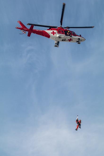 Práci s podvěsem mají Slováci natrénovanou z Tater. V Olomouckém kraji ji tolik nevyužijí, vrtulník totiž zvládne přistát i na sjezdovce. Jsou ale situace, kdy se jinak než na laně k pacientovi záchranář nedostane. Nejen v horách, ale například i během povodní.