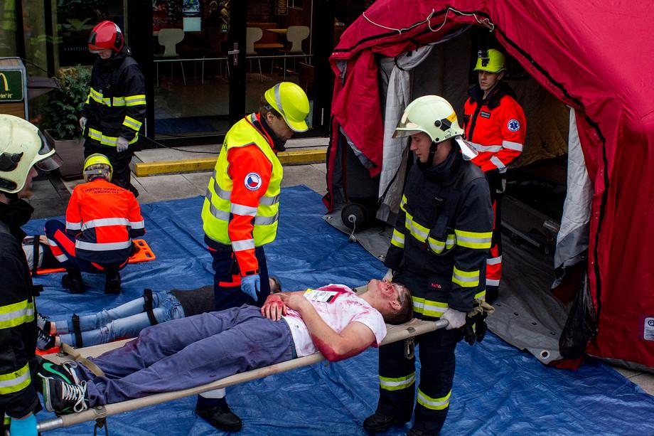 Takto vypadala záchrana zraněných při simulovaném teroristickém útoku v Šantovce, který měl třídění prověřit v praxi.