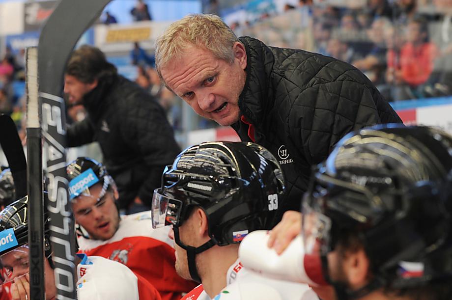 Zdeněk Venera na střídačce HC Olomouc během utkání v Plzni. S ní nakonec Mora o pár bodů prohrála dostihy o play-off.