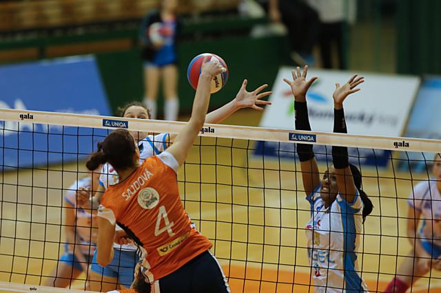 Nikol Sajdová smečuje v extraligovém duelu vysokoškolaček s Prostějovem. Nyní čekají na VK UP v play-off sestry ze Šternberka.