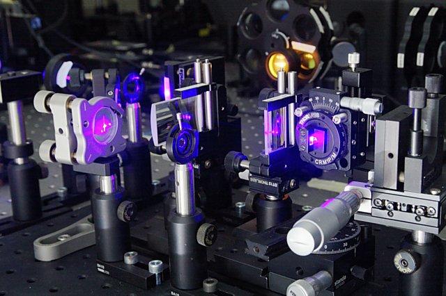 Jednotlivé fotony jsou generovány prostřednictvím nelineárních optických jevů.