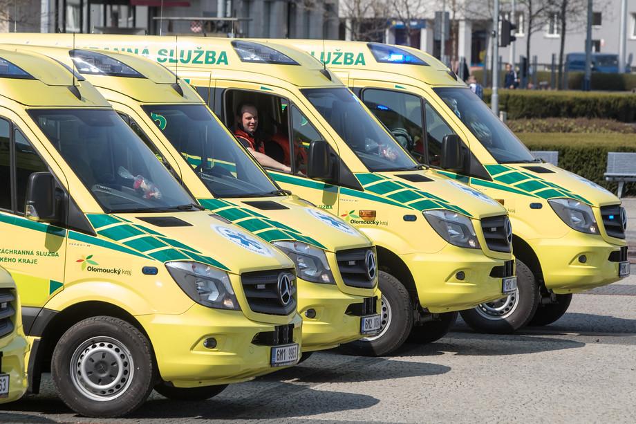 Sanitky mají nové barevné provedení. Zatím jich záchranka dostala osm, obnova vozového parku by ale měla pokračovat.