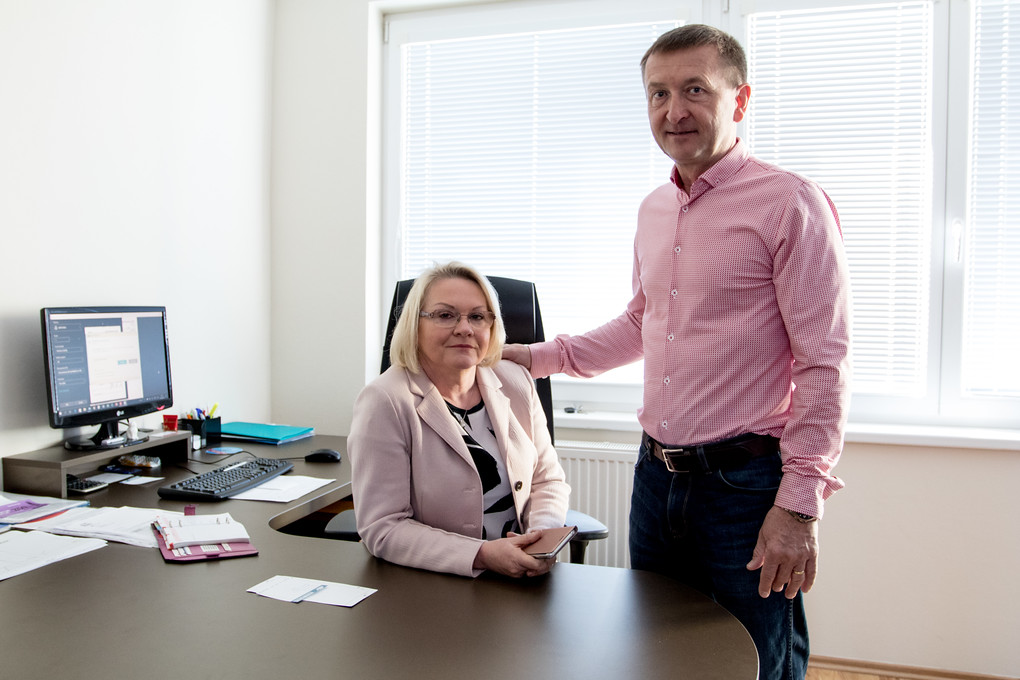 Společnost ARES provozují manželé Chytří od roku 1995. Jak sami s hrdostí říkají, pomáhají už řadu let firmám zviditelnit se. Od roku 2007 sídlí celý tým společnosti na Karafiátové 45.