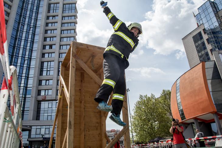 Sedm desítek závodníků z celé České republiky z řad jak profesionálních, tak i dobrovolných a podnikových hasičů se postavilo na start této velmi fyzicky náročné soutěže. Hasiči startovali v kompletním zásahovém oděvu za použití dýchacího přístroje jako zátěže. Ještě před několika lety měli dýchací masku povinně nasazenou, tato obzvlášť drsná podmínka už ale byla vyškrtnuta.