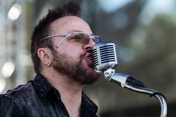 Festivalové horké odpoledne ještě rozpálila kapela TURBO. Co na tom, že zpěvák před koncertem podstoupil obstřik hlasivek...