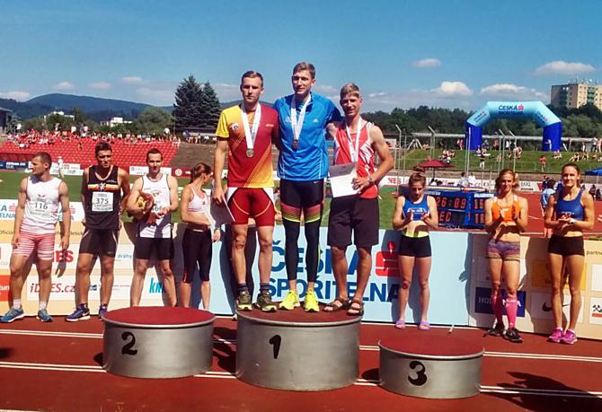 Olomoucký Tomáš Janeček (vpravo) na stupních vítězů při vyhlášení soutěže nejlepších trojskokanů.