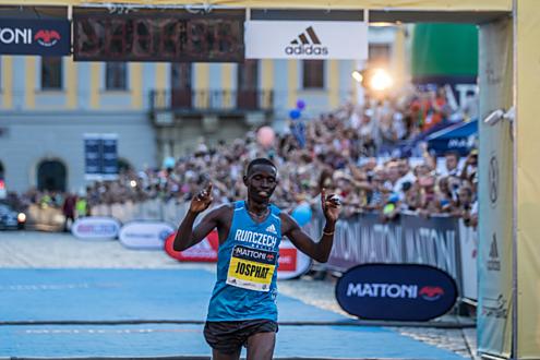 Josphat Kiprop Kiptis z Keni zvítězil v čase 1:01:50.