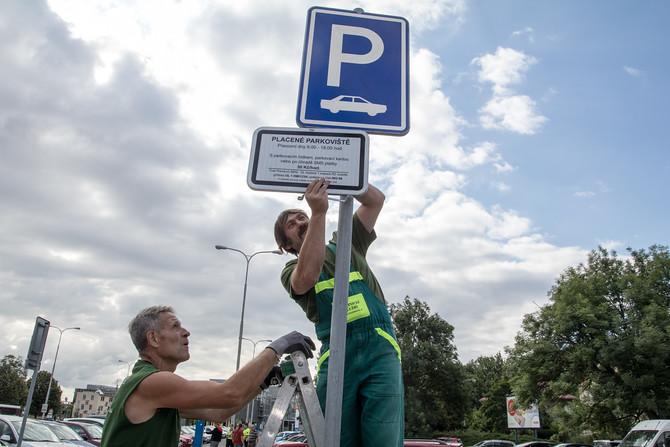 Třicet korun za hodinu parkování. Radnice zdražila po x letech.