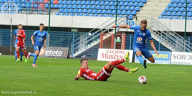 Obránce Sigmy Olomouc Jan Štěrba se snaží sebrat míč útočníkovi Piastu Gliwice.