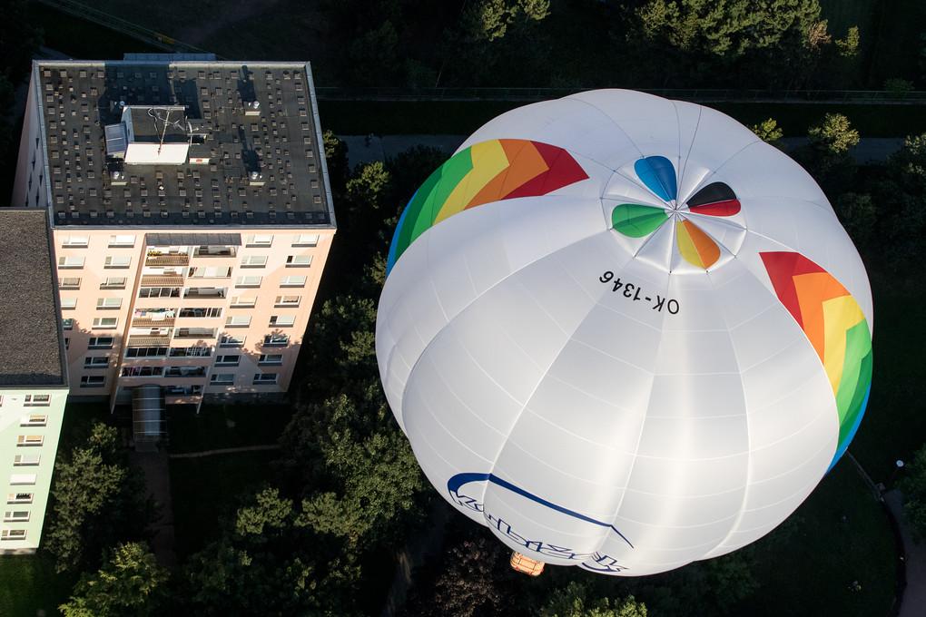 Balony jsou nad námi, vedle nás i pod námi. Létá se vysoko i nízko, jak kdo chce.