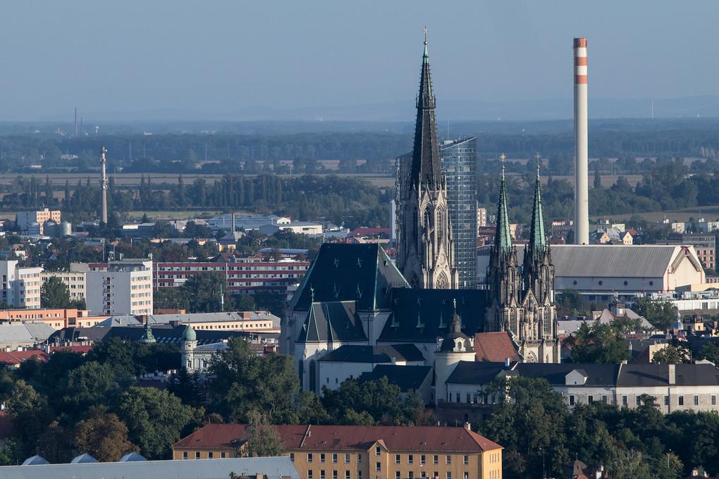 Z výšky vidíte Olomouc v úplně jiném úhlu. Kdybych hledal pojmenování pro tenhle snímek, napíšu s notnou dávkou ironie: Stará architektura se citlivě mísí s moderní pod bedlivým industriálním dohledem.
