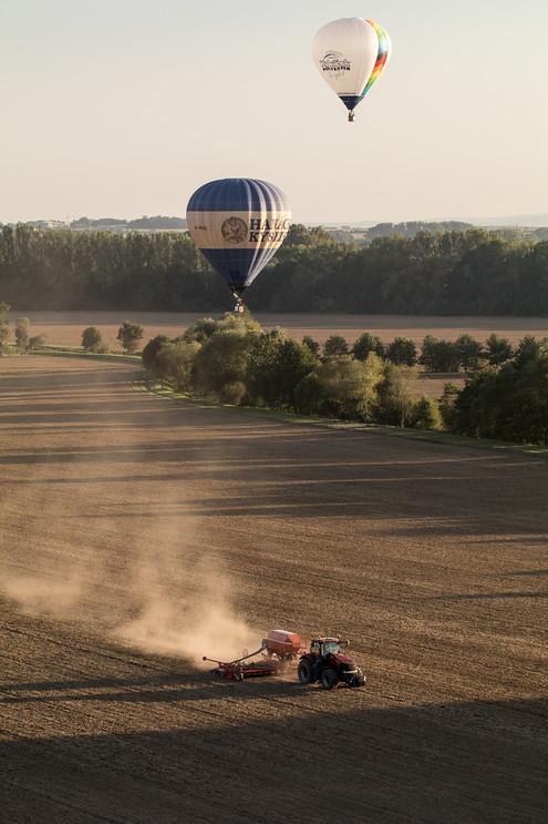 ...zátiší s balonem a zemědělskou technikou...