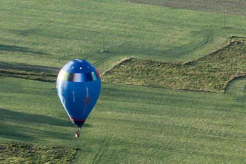 ...zátiší s výrobcem balonů Kubíček, který žene svůj závodní speciál...