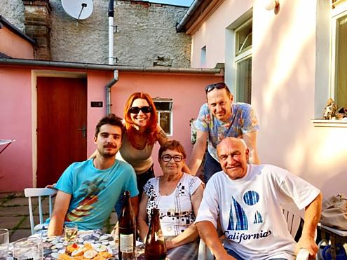 S rodiči, manželem a starším synem.