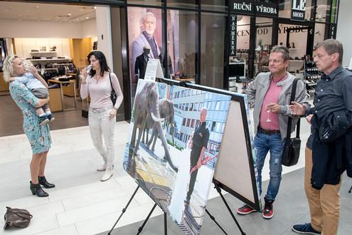 Výstava se táhne prvním patrem. Na zahájení dorazil i ředitel Českého rozhlasu Olomouc Josef Podstata (vpravo) a herec Marek Zahradníček.