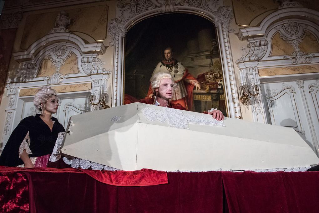 Scéně dominuje velká bílá rakev. Sulovský totiž své příběhy vypráví jako jakousi retrospektivu, postavy se sejdou v neurčitém prostoru a čase, kde diskutují o svých životech, motivech svých činů... A právě z rakve se Mozart symbolicky vynořuje, aby se do ní opět uložil ve chvílích, kdy vyprávění spěje k okamžikům, kdy jeho život visel doslova na vlásku. A logicky v ní příběh i končí.