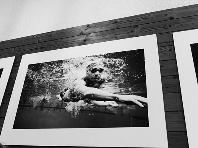 Snímky Jana Povýšila z cyklu Pod vodou jsou pořízeny nad i pod hladinou.