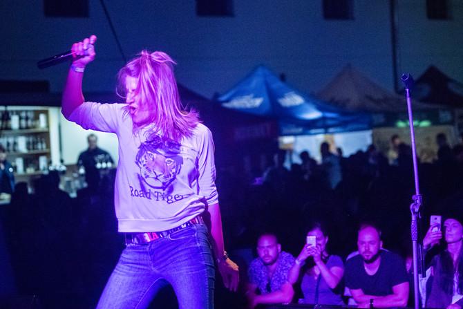 Marka Rybin se po rozpadu skupiny Gaia Mesiah neztratila, září za mikrofonem Skyline. Teď se ale legendární parta vrací a její front žena nemůže chybět! Dnes večer v Esku!
