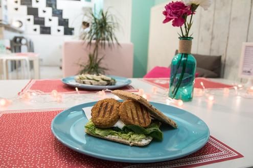 Falafel sandwich - naprostá dokonalost! Jestli hledáte ideální svačinku nebo večeři, zajděte na něj...