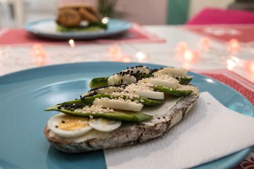 Skvěle chutnal i opečený žitný chléb s žervé, avokádem a vejcem. Doporučujeme ;)