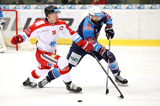 Útočník HC Olomouc Aleš Jergl zastavuje rozehrávku Piráta Tomáše Slováka.