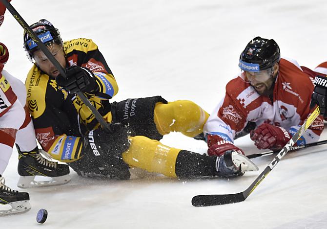 Souboj kapitánů. Netradiční klání o puk předvedli v duelu Litvínova s Olomoucí domácí Michal Trávníček a hostující Martin Vyrůbalík.