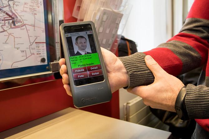 Při kontrole si stačí pípnout vaší platební kartou. Revizor na displeji uvidí, zda máte kupon platný.