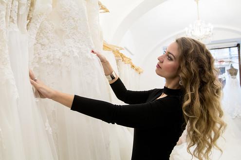 Originalita, něžnost a elegance. Přesně to vystihuje kolekci svatebních šatů značky KlérFeld.