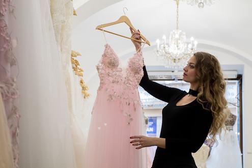 V ateliéru si můžete půjčit nebo koupit také společenské šaty. I tady platí, že se jedná o velmi originální modely.