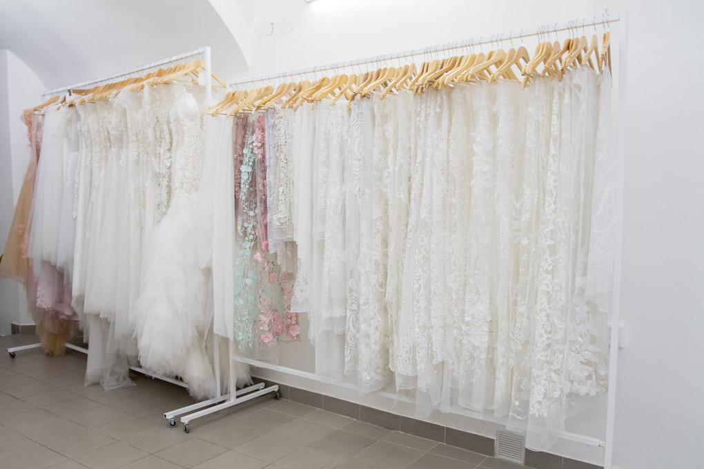 V Ateliéru Klér najdete kromě aktuálních modelů také velký výběr krajek, z nichž si můžete nechat ušít vaše šaty snů. Jestli toužíte po takových, které jsou neobyčejné a mají ono pověstné kouzlo (to něco navíc), jste tu správně.