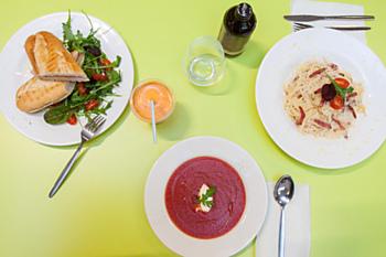 My jsme ochutnali špagety carbonarra, rajskou polévku a panini. Děti byly nadšené.