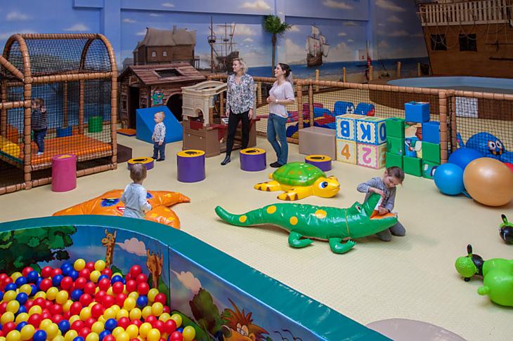 Pro nejmenší děti je v Krokodýlku vyhrazen prostorný hrací koutek se spoustou hraček - nechybí oblíbená skluzavka, kuchyňka, domeček nebo bazén s kuličkami.